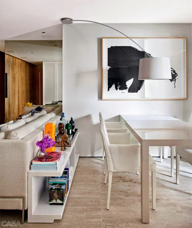 decorar sala branca:Mesa atrás do sofá? 5 formas de usar na sua casa