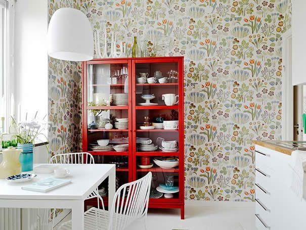 como usar vermelho na cozinha - cristaleira vermelha
