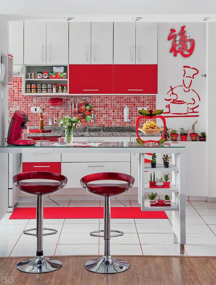 como usar vermelho na cozinha nos bancos e utensilios