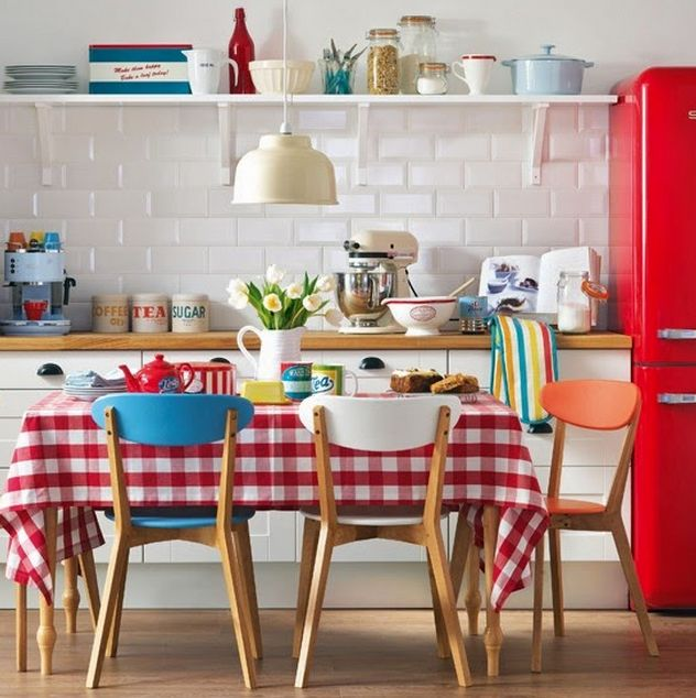 como usar vermelho na cozinha toalha de mesa e geladeira