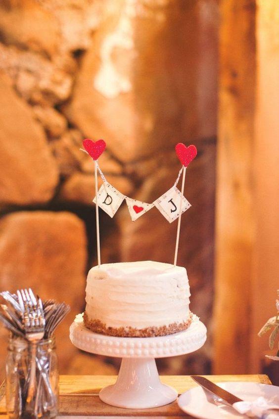 topo de bolo divertido para casamento com iniciais