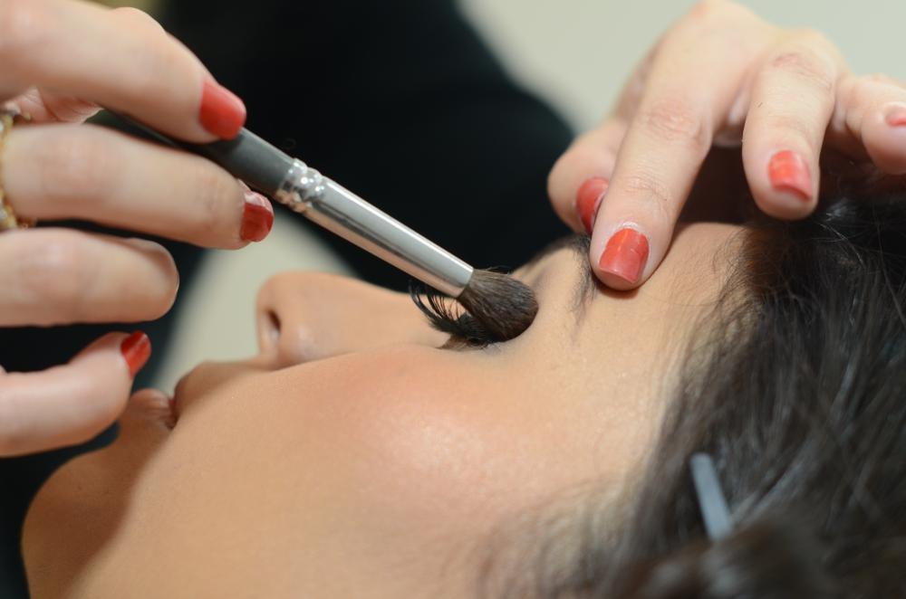 5 truques de maquiagem que você precisa aprender - esfumar bronzer no concavo