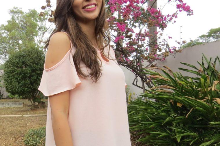 look trabalho camisa rose com recortes nos ombros