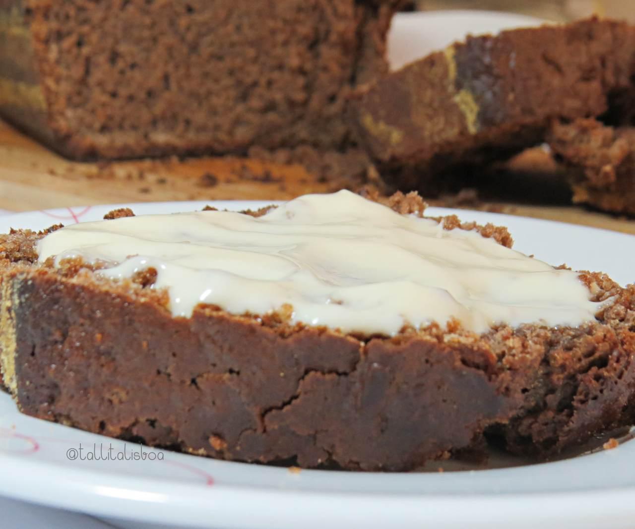 bolo de chocolate com cobertura iogurte e baunilha para 2 pessoas
