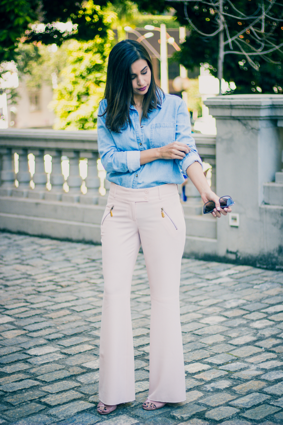 look calca pantalona rosa millennial e camisa jeans