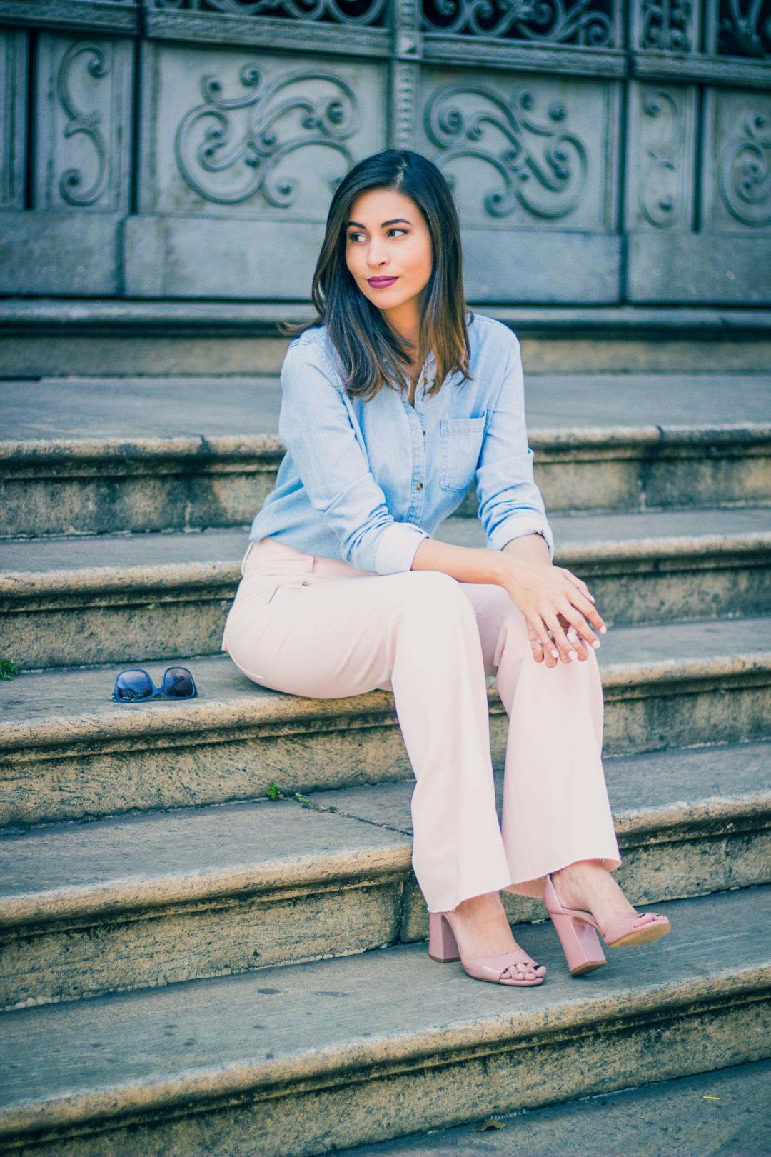 look trabalho com calca pantalona rosa millennial e camisa jeans