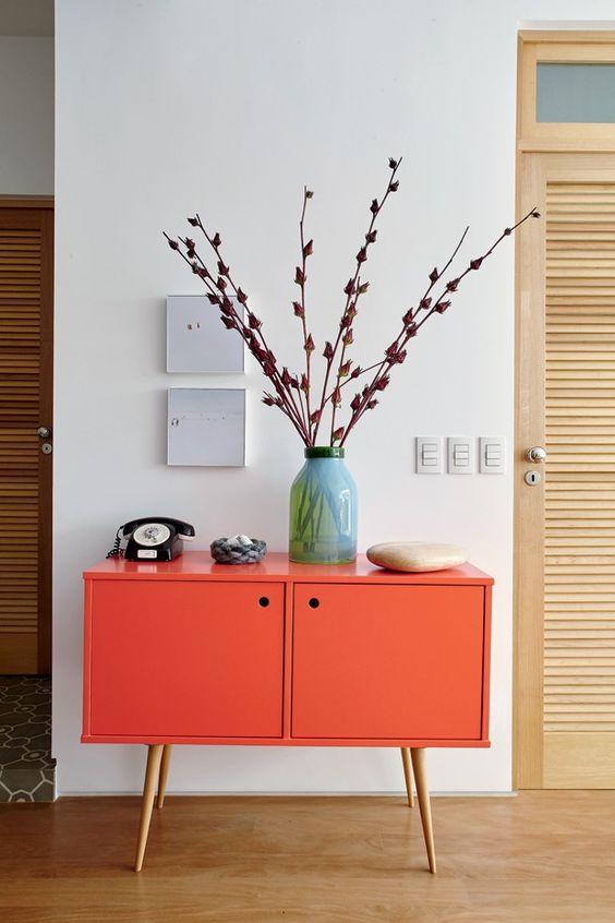 decoracao com aparador moderno coral