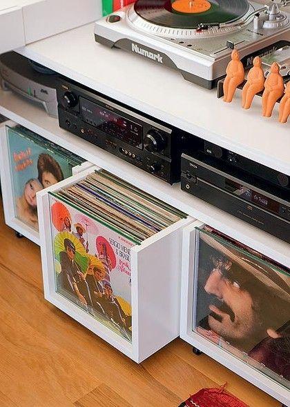 decoração com discos de vinil em estantes